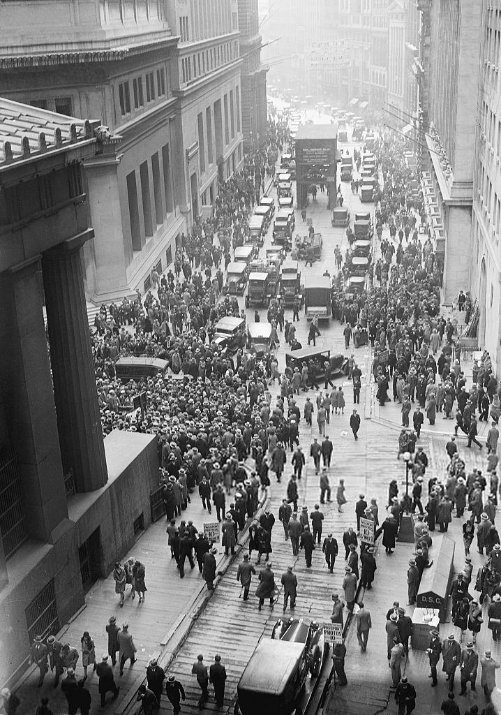 Eine Menschenmenge versammelt sich nach dem Börsencrash von 1929 an der Wall Street. (Quelle: wikipedia.org)